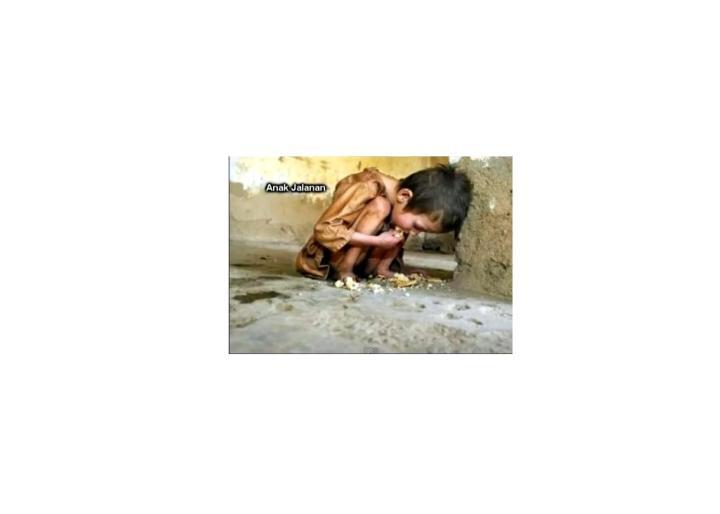 anak jalanan yang menyantap makan siangnya di tanah !