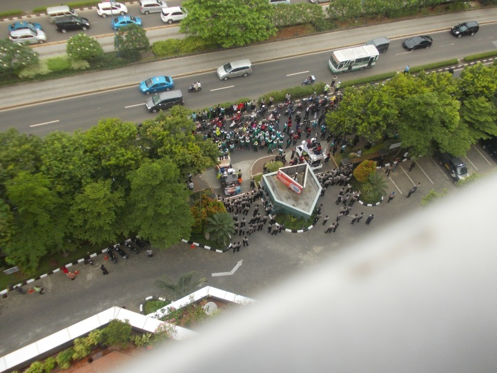 Demo buruh di depan halaman Kantor Departemen Kesehatan Repubik Indonesia